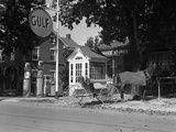 1930s Horse and Empty Buggy Tied to Pole Outside of Gulf Service Station Next to Wooden Phone Booth Stampa fotografica
