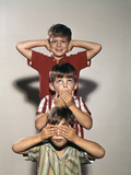 Boys Posing as Three Wise Monkeys See No Evil Hear No Evil Speak No Evil Photographie par D. Corson