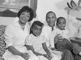 Happy Smiling African-American Family on Couch Photographie par H. Armstrong Roberts
