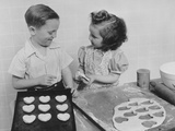 Young Smiling Girl and Boy Baking Heart Shaped Valentine Cookies Reproduction photographique par H. Armstrong Roberts