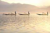 Intha 'Leg Rowing' Fishermen at Sunset on Inle Lake Papier Photo par Lee Frost