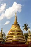 The Gilded Stupas of Wat In, Kengtung (Kyaingtong), Shan State, Myanmar (Burma), Asia Reproduction photographique par Lee Frost