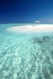 Tropical Sandbank and Sun Umbrella, Maldives, Indian Ocean, Asia Reproduction photographique par Sakis Papadopoulos
