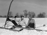 1930s Couple Man and Woman on Skis Falling in Snow Laughing Reproduction photographique