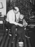 Father and Son Enjoy Christmas Morning, Ca. 1950 Fotografisk trykk