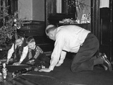 Dad Plays with the Kids on Christmas Morning, Ca. 1950 Fotografisk trykk