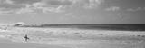 Surfer stående på stranden, nordkysten, Oahu, Hawaii, USA Fotografisk tryk
