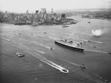 Queen Elizabeth Sailing Through New York Harbor Photographic Print