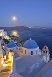 Moon over the Town of Oia, Santorini, Kyclades, South Aegean, Greece, Europe Fotografisk tryk af Christian Heeb