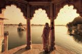 India, Rajasthan, Jaisalmer, Gadi Sagar Lake, Indian Woman Wearing Traditional Saree Outfit Fotografisk tryk af Michele Falzone