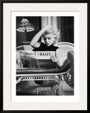 Marilyn Monroe leyendo el Motion Picture Daily, Nueva York, c.1955 Poster por Ed Feingersh