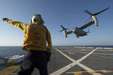 Aviation Boatswain's Mate Directs an MV-22 Osprey as it Launches from the Flight Deck Papier Photo
