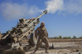 U.S. Marine Fires an M777A2 Howitzer Photographie