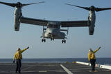 Aviation Boatswain's Mates Direct an MV-22 Osprey as it Launches from the Flight Deck Reproduction photographique