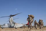 Marines and Sailors Offload from a MV-22 Osprey Papier Photo