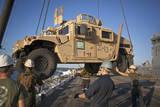 U.S. Marines Guide a Humvee onto USS Bonhomme Richard Papier Photo