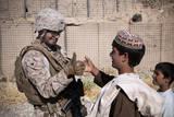 U.S. Marine Thumb Wrestles with an Afghan Boy Papier Photo