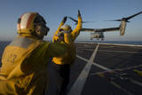 Aviation Boatswain's Mates Direct an MV-22 Osprey on the Flight Deck Papier Photo