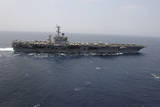 The Aircraft Carrier USS Nimitz Transits the Red Sea Lámina fotográfica