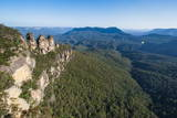 The Three Sisters and Rocky Sandstone Cliffs of the Blue Mountains Fotografisk trykk av Michael Runkel
