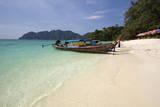 Long Beach with Long-Tail Boats, Koh Phi Phi, Krabi Province, Thailand, Southeast Asia, Asia Photographie par Stuart Black