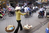 Porter in the Old Quarter, Hanoi, Vietnam, Indochina, Southeast Asia, Asia Photographie par Bruno Morandi