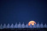 Moonrise over Denver International Airport Fotografiskt tryck av Jim Richardson