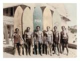 Hawaiian Duke Kahanamoku and his Brothers with Surfboards at Waikiki Beach, Hawaii Giclée-tryk af Tai Sing Loo
