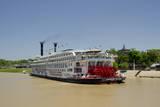 USA, Mississippi, Vicksburg. American Queen cruise paddlewheel boat. Fotografie-Druck von Cindy Miller Hopkins