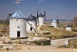 Spain, Castile-La Mancha, Toledo, Consuegra. La Mancha windmills. Fotografisk tryk af Julie Eggers