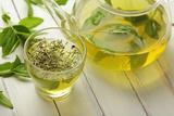 Healthy Green Tea Cup with Tea Leaves 写真プリント :  kuleczka