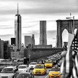 Yellow Taxi on Brooklyn Bridge Overlooking the One World Trade Center (1WTC) Fotografisk trykk av Philippe Hugonnard