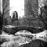 Snowy Gapstow Bridge of Central Park, Manhattan in New York City Fotografisk tryk af Philippe Hugonnard