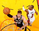 2014 NBA Finals Game Four: Jun 12, Miami Heat vs San Antonio Spurs - Tiago Splitter, Dwyane Wade Photographie par Andrew Bernstein