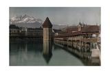 A View of the Kapellbrucke Bridge over the Reuss River in Lucerne Fotografisk tryk af Hans Hildenbrand