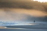 A Surfer on Juquehy Beach at Sunrise Fotografisk tryk af Alex Saberi