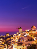 Dusk over the Aegean Sea and a Cliff-Top Town on Santorini Island. a Meteor Whizzes Overhead Fotografisk tryk af Babak Tafreshi