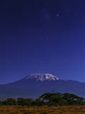 Kilimanjaro's Main Peak, Kibo, by Moonlight. the Large Magellanic Cloud Appears Above Fotografisk tryk af Babak Tafreshi