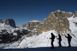 Skiers in the Italian Dolomites Prepares to Make their Way around the Sellaronda Fotografiskt tryck av Alex Treadway