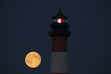 The Full Moon Rising at the Lighthouse in Westerhever Fotografisk tryk af Norbert Rosing