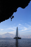A Climber, Without Ropes, Scales an Overhang Fotografisk tryk af Jimmy Chin