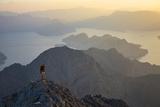A Climber Scales a Cliff on Jabal Letub Reproduction photographique par Jimmy Chin