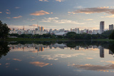 Sunrise in Ibirapuera Park with a Reflection of the Sao Paulo Skyline Fotografisk tryk af Alex Saberi