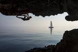 A Climber Dangles from an Overhang Papier Photo par Mikey Schaefer