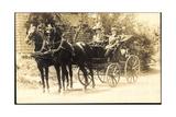 Pärchen in Einer Kutsche Mit Zwei Schwarzen Pferden Giclee Print