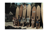 A Group of Surfers on Waikiki Beach Pose Leaning Against their Boards Fotografisk tryk af Richard Hewitt Stewart