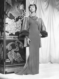 Anna May Wong in an Edith Head-Designed Crepe Dinner Gown with a Jacket of Emerald Foto