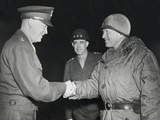 General Dwight Eisenhower Shakes Hands with Gen Fotografía