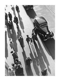 Crowd of People Strolling Down City Sidewalk Sztuka autor Wolff and Tritschler