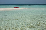 Belize, Belize. Goff's Caye. Red Kayak on White Sand Beach Fotografie-Druck von Cindy Miller Hopkins
